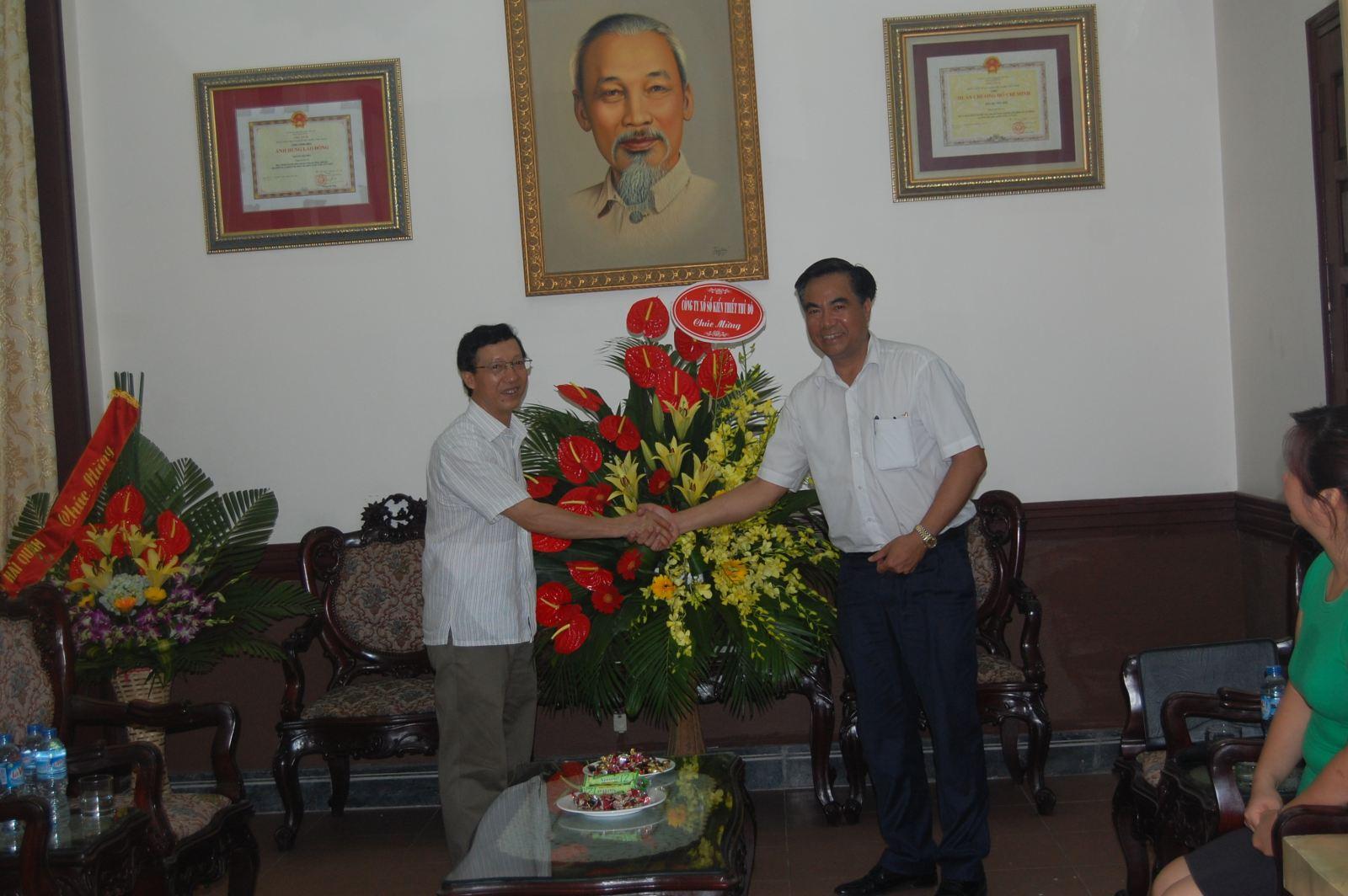 (Đồng chí Lê Đức Thính tặng hoa chúc mừng ngày Nhà báo Việt Nam tại Báo Hà Nội Mới)